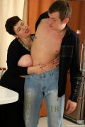 Зрелая женщина с молодым парнем