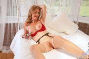 Женщина мастурбирует на кровате